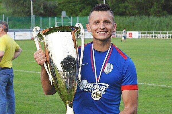 Patrick Schiszler s pohárom za prvenstvo v 3. lige.
