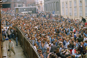 Jedným z dôvodov na začatie budovania Berlínskeho múru bol odchod Nemcov z východnej časti Berlína do jeho západnej časti. Stranícke a štátne orgány