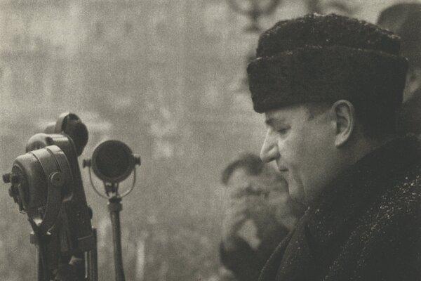 Klement Gottwald pri prejave 25. februára 1948 oznamuje prevzatie moci.