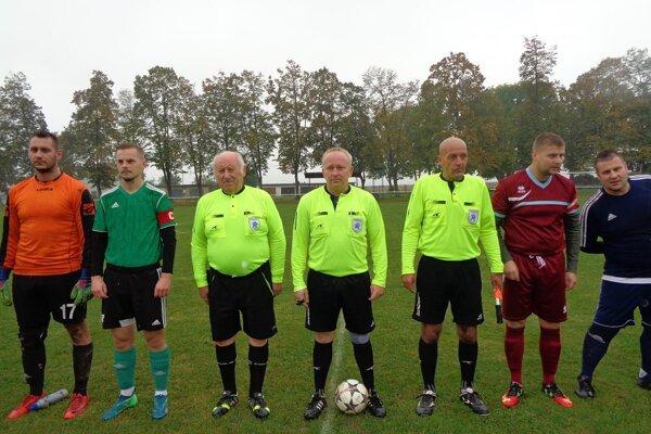 Ladislav Peti (tretí zľava) ako postranný rozhodca.