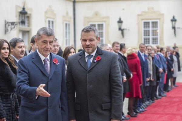 Český premiér Andrej Babiš (vľavo) a slovenský premiér Peter Pellegrini pred spoločným zasadnutím vlád Českej a Slovenskej republiky vo Valticiach.