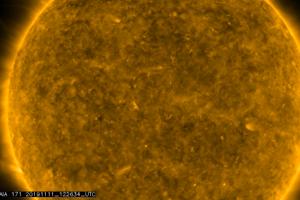 V ľavej časti záberu je vidieť drobný Merkúr, ktorý postupne vchádza medzi Slnko a Zem.