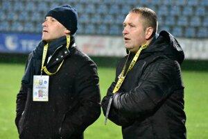 Trénerskú taktovku po odvolanom Antonovi Šoltisovi (vľavo) prebral jeho asistent Jozef Majoroš.