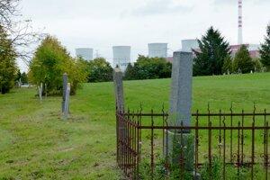 Pamiatkou na obec Mochovce je cintorín pod chladiacimi vežami.