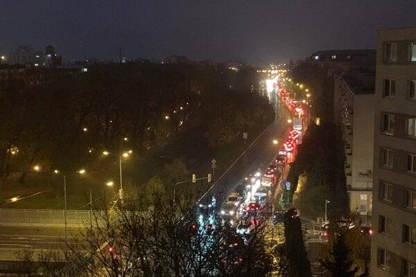 Kolóna na Hospodárskej ulici v Trnave