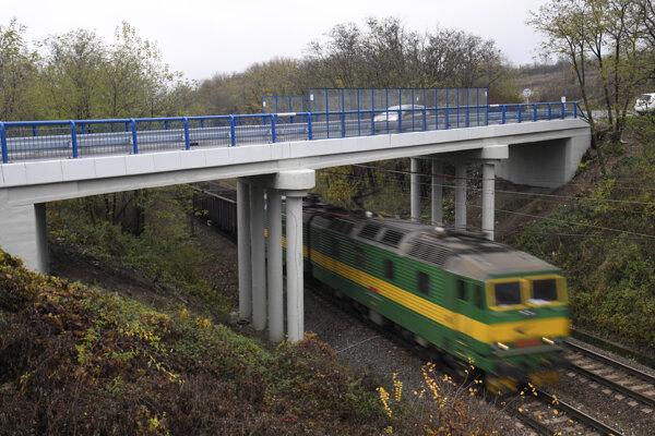 Most nad železničnou traťou Košice - Čierna nad Tisou pred obcou Nižná Myšľa.