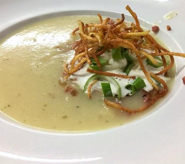 Krémová polievka so zemiakovou slamou