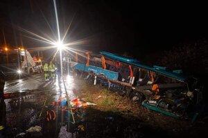 Na mieste nehody pracovali záchranné zložky aj noci.