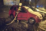 Zásah hasičov pri požiari áut.