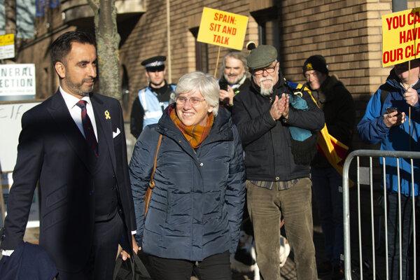 Clara Ponsatíová prichádza na políciu.