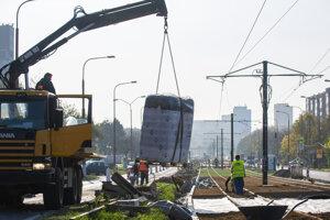 Vysadenie zeleného koberca na časť rekonštruovanej karlovesko-dúbravskej električkovej radiály v Karlovej Vsi v októbri 2019 v Bratislave. Zelený koberec pozostáva zo sukulentných trvaliek rodu Sedum.
