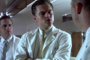 Záber z filmu Chyť ma, ak to dokážeš. Franka Abagnalea stvárnil Leonardo DiCaprio.