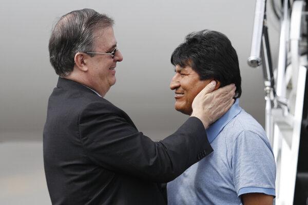 Mexický minister zahraničných vecí Marcelo Ebrard (vľavo) víta bolívijského exprezidenta Eva Moralesa. Mexiko, 12 november.