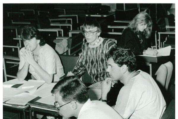 Debata na štrajkovom výbore. Rudolf Straka je na snímke vľavo.