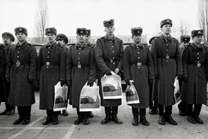 Vojaci s igelitkami, na ktorých je znázornený Kremeľ.
