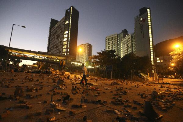 Čína v Hongkongu nasadila armádu, aby odstránila barikády a trosky.