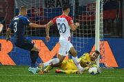 Chorvát Bruno Petkovič (uprostred), Denis Vavro (vľavo) a brankár Martin Dúbravka (vpravo) počas kvalifikačného zápasu E-skupiny EURO 2020 Chorvátsko - Slovensko.