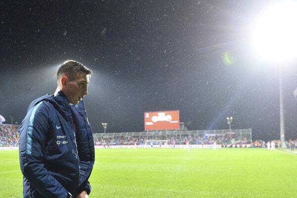Róbert Boženík si oblieka bundu po striedaní počas kvalifikačného zápasu E-skupiny EURO 2020 Chorvátsko - Slovensko.