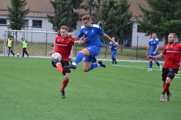 Považskobystričan Gamboš (v modrom) v súboji s obrancom V. Ludiniec.