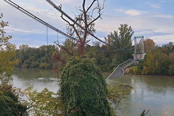 Trosky visutého mosta medzi mestami Mirepoix-sur-Tarn a Bessieres.