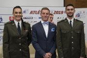 Uprostred atlét roka, šprintér Ján Volko, druhá v poradí kladivárka Martina Hrašnová (vľavo) a tretí v poradí trojskokan Tomáš Veszelka počas galavečera vyhlásenia ankety Atlét roka 2019.