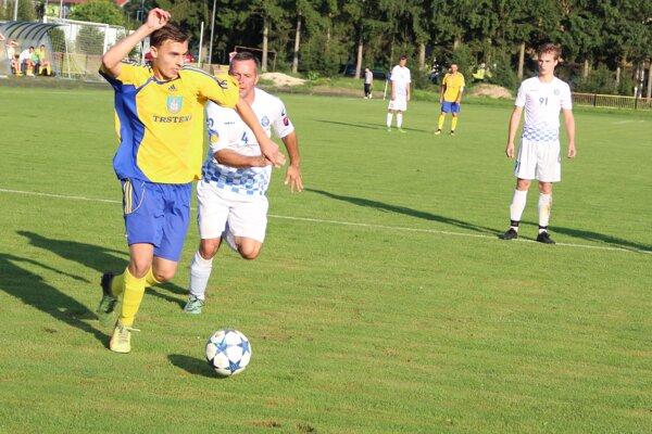Hráči Trstenej (v žltom) vyhrali na jeseň iba jeden zápas.