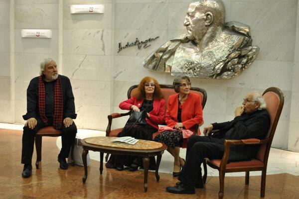 Pred vernisážou odhalili na Stene slávy vo foyer DAB mená ďalších významných osobností. Medzi nimi boli aj herci Marián Slovák, Hilda Augustovičová, Žofia Martišová ascénograf František Perger.