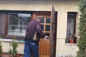 Zlodej vošiel do domu vchodovými dvermi, rovno za Jozefom.