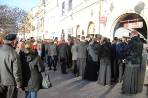 Pietnej spomienky sa zúčastnilo zhruba sto ľudí.