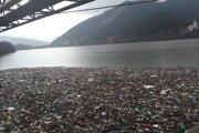 Odpad zachytený v nornej stene medzi obcami Jaklovce a Margecany.