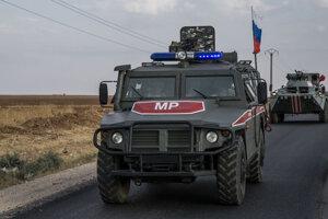 Vozidlo ruskej armády mieri k sýrskemu mestu Kamišlí.
