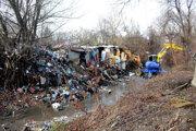 Kým koryto čistil kráčajúci bager, na druhej strane vysypávali miestni ďalšie odpadky.