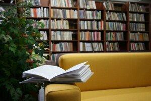 V knižnici sa nachádza 33-tisíc kníh.