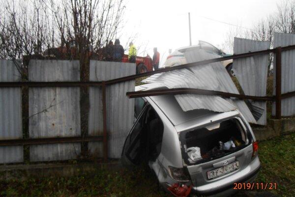Auto prerazilo oplotenie.
