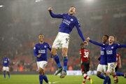 Jamie Vardy (vo výskoku) oslavuje gól zápase proti Southamptonu.