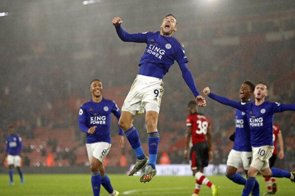 Jamie Vardy (vo výskoku) so spoluhráčmi z Leicester City.