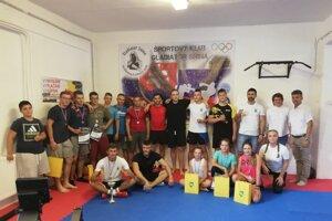 Sninskí kickboxeristi počas jedného z tréningov.