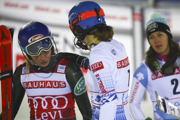 Petra Vlhová (v strede) v cieli po páde v 2. kole slalomu v Levi s Mikaelou Shiffrinovou (vľavo) a Wendy Holdenerovou.
