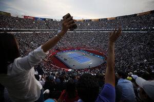 Štadión Plaza de Toros v Mexico City počas exhibičného duelu medzi Rogerom Federerom a Alexandrom Zverevom.