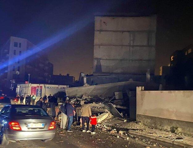 Albánci sa pozerajú na škody po zemetrasení. Durres, 26. november 2019.