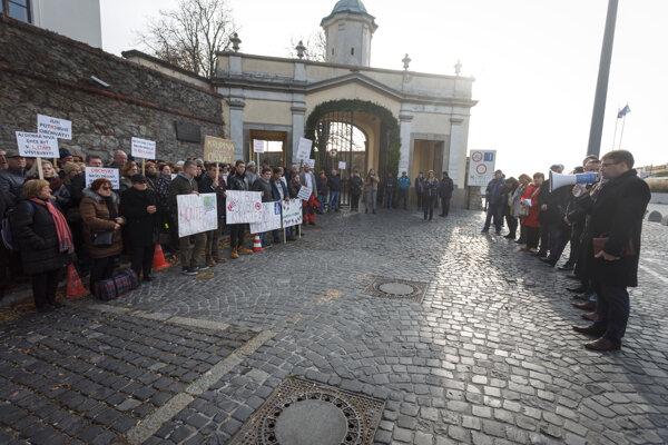Protest ľudí z juhu stredného Slovenska pred Národnou radou v Bratislave.