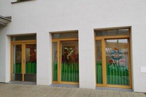 Za týmito oknami sa učia deti v špeciálnej materskej škole.