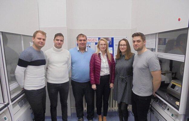 Vedecký tím, ktorý skúmal nanopórovité materiály. Uprostred v bordovej bunde Adriana Zeleňáková, v modrom pulóvri Vladimír Zeleňák.