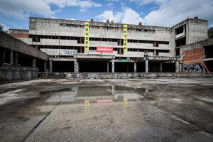 Advokátska kancelária Ružička and Partners radí ministerstvu zdravotníctva pri developmente a rekonštrukcii nemocníc na Rázsochách a v Ružinove, ktorých odhadovaná súhrnná hodnota je 330 miliónov. Právnici ministerstvu radia aj v súvisiacich sporoch za 50 miliónov eur.