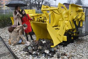Návštevníčky geologickej bádateľne pri banskom nakladači.