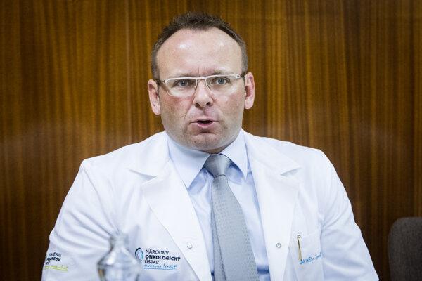 V období, keď Jozef Dolinský šéfoval Národnému onkologickému ústavu prepukol v ňom škandál so kšeftovaním s liekmi.