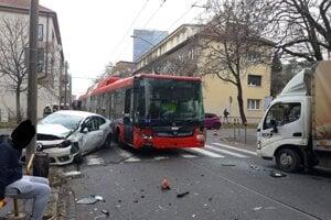 Trolejbus sa zrazil s dvomi autami.