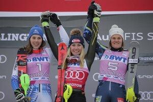 Petra Vlhová (vľavo) Mikaela Shiffrinová (v strede) a Anna Swenn Larssonová.
