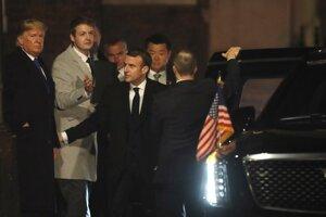 Trump a Macron prichádzajú na slávnostnú recepciu.