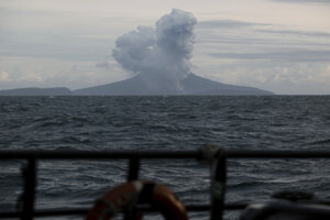 Vlny cunami spôsobené zosuvom steny sopky mali pri pobreží výšku päť až trinásť metrov.